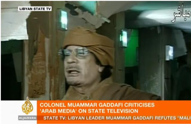 Каддафи держит веб камеру в руке